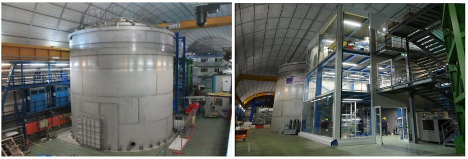 Figura 6: Sulla sinistra il serbatoio in acciaio inossidabile con un'altezza di circa 10 m e un diametro di 9.6 m. Il sistema è attrezzato per funzionare come rivelatore Cherenkov; il suo sistema di veto.