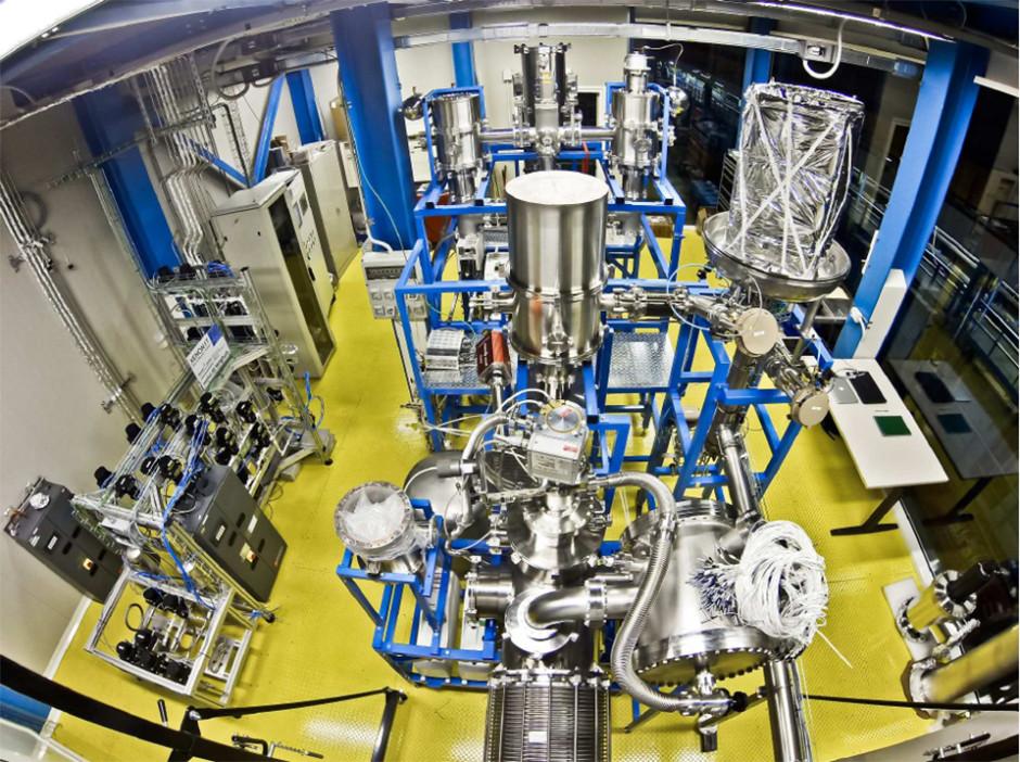 Figura 4: Al centro il sistema di criogenia (in corso di costruzione) di Xenon1T con le torri di raffreddamento. Sulla sinistra il sistema di purificazione dello xenon liquido.