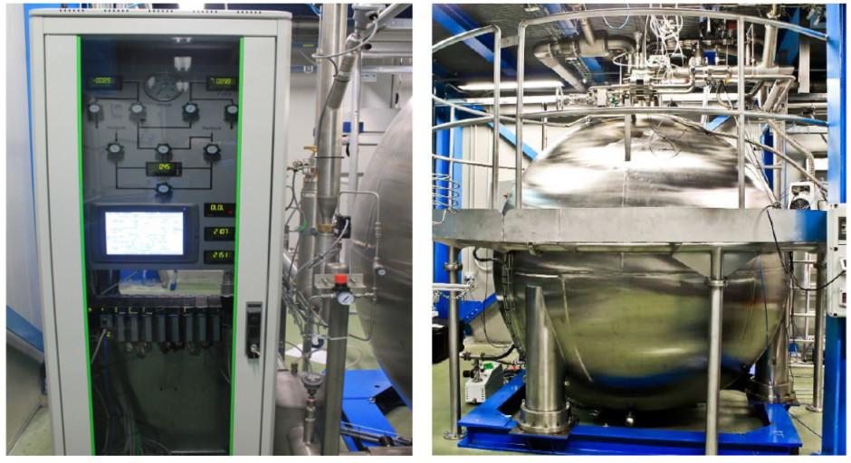 Figura 5: Sulla destra la sfera in acciaio inossidabile ReStoX per immagazzinare e recuperare lo xenon; è stato messo in situ nell'agosto del 2014. A sinistra è mostrato il suo sistema di controllo remoto (PLC e touchscreen) dentro un armadio a 19-pollici.